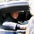 Berlusconi lascia Cesano Boscone inseguito dai cronisti05