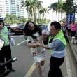 Cina, donna multata picchia vigile urbano02