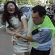 Cina, donna multata picchia vigile urbano05