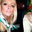 Due ragazze fanno un selfie mentre cantano in auto02