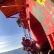 Greenpeace blocca 2 piattaforme petrolifere dirette in Artico01