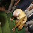 India, Modi si inginocchia e bacia la terra05