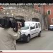 Beppe Grillo esce dalla sua villa e mima pugnalata al cuore01
