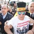 """Berlusconi, primo giorno alla Sacra Famiglia: """"Tutto bene ma non posso parlare"""" 4"""