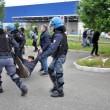 Piacenza, scontri a Ikea tra manifestanti e agenti01
