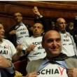 """M5s: catene, manette e magliette """"Schiavi mai"""" in Senato (foto) contro dl Lavoro"""