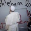 Papa Francesco a Betlemme prega sul muro che divide Israele e Palestina (foto)