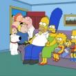 Le due famiglie nel salotto di casa Simpson