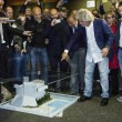 Beppe Grillo da Bruno Vespa con il plastico (foto)4