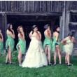 Bridesmaids mooning, su la gonna le damigelle mostrano il lato B al matrimonio02