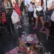 Michael Jackson moriva 5 anni fa: fan spargono 15 rose sulla tomba26