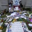 Michael Jackson moriva 5 anni fa: fan spargono 15 rose sulla tomba15