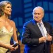 Joseph Blatter, occhiatina maliziosa ad Adriana Lima durante congresso Fifa02