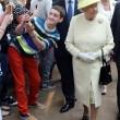 Il seflie del ragazzo di 14 anni con la Regina Elisabetta03