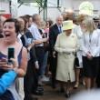 Il seflie del ragazzo di 14 anni con la Regina Elisabetta02