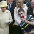 Il seflie del ragazzo di 14 anni con la Regina Elisabetta01