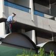 Cagliari, si getta da balcone con in braccio le due figlie: arrestata02
