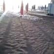 Fiumicino, la spiaggia ricoperta di schiuma bianca VIDEO FOTO 8