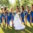Sposa e damigelle mostrano il lato-b: nuova moda per il matrimonio