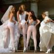 Sposa e damigelle mostrano il lato-b: nuova moda per il matrimonio 12