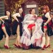 Sposa e damigelle mostrano il lato-b: nuova moda per il matrimonio 13