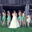 Sposa e damigelle mostrano il lato-b: nuova moda per il matrimonio 14