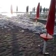Fiumicino, la spiaggia ricoperta di schiuma bianca VIDEO FOTO 7
