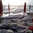 Fiumicino, la spiaggia ricoperta di schiuma bianca VIDEO FOTO 4