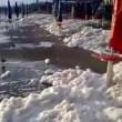 Fiumicino, la spiaggia ricoperta di schiuma bianca VIDEO FOTO