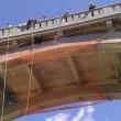 California, orso spaventato si nasconde sotto il ponte dell'autostrada04