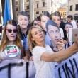 Giorgia Meloni davanti al Senato con le maschere di Matteo Renzi09