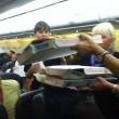 Usa aereo in ritardo di 2 ore, pilota compra pizze per passeggeri affamati01