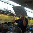 Usa aereo in ritardo di 2 ore, pilota compra pizze per passeggeri affamati02