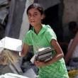 Gaza, bambina cerca i libri di scuola tra le macerie5