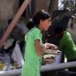 Gaza, bambina cerca i libri di scuola tra le macerie03