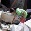 Gaza, bambina cerca i libri di scuola tra le macerie4