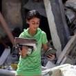 Gaza, bambina cerca i libri di scuola tra le macerie02