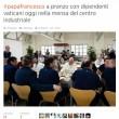 Papa pranza alla mensa vaticana con i dipendenti 03