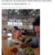 Papa pranza alla mensa vaticana con i dipendenti 02