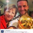 Angela Merkel, selfie con Podolski, Khedira e tutta la squadra01
