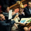Cinque Stelle, Maurizio Buccarella con un peluche di canguro01