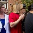 Denver, l'uomo mascherato da cavallo stringe la mano ad Obama01