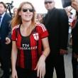 Barbara Berlusconi con la maglia del Milan saluta i tifosi05