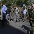 Ribelli filorussi umiliano prigionieri facendoli sfilare in piazza a Donetsk01