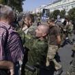 Ribelli filorussi umiliano prigionieri facendoli sfilare in piazza a Donetsk02