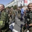 Ribelli filorussi umiliano prigionieri facendoli sfilare in piazza a Donetsk03