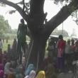 India, le due cugine trovate impiccate a un albero 01