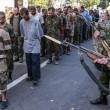 Ribelli filorussi umiliano prigionieri facendoli sfilare in piazza a Donetsk04