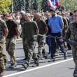 Ribelli filorussi umiliano prigionieri facendoli sfilare in piazza a Donetsk07
