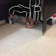 Una toilette e 5 gambe, cosa sta succedendo? FOTO 7